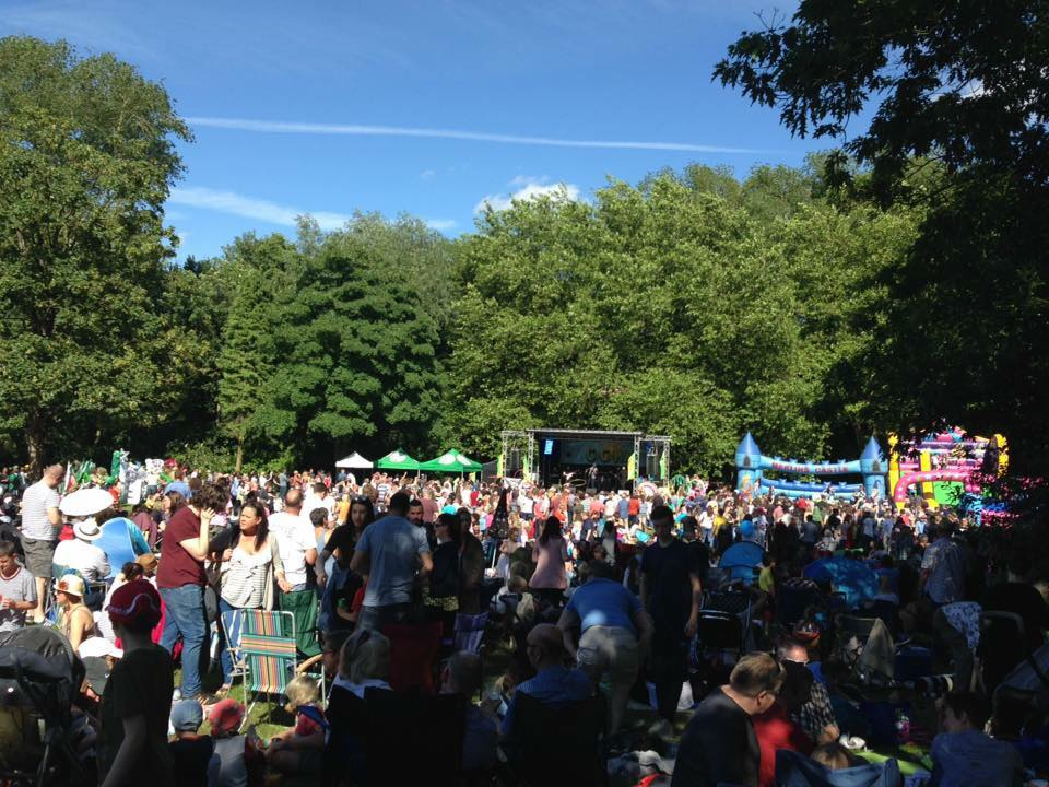 Crowds of people in the sun at CoCoMad 2017 – Photo: Friends of Cotteridge Park